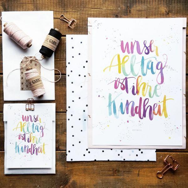 """Postkarte """"Unser Alltag ist ihre Kindheit"""" bunt"""