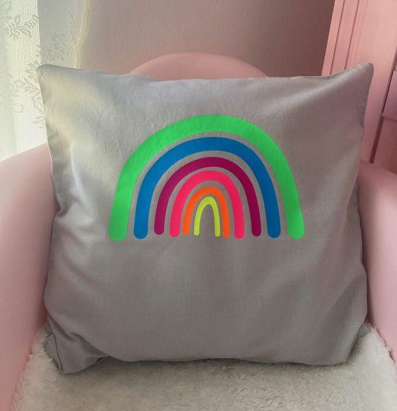 Kissenhülle mit Regenbogen in Neonfarben, hellgrau/grün