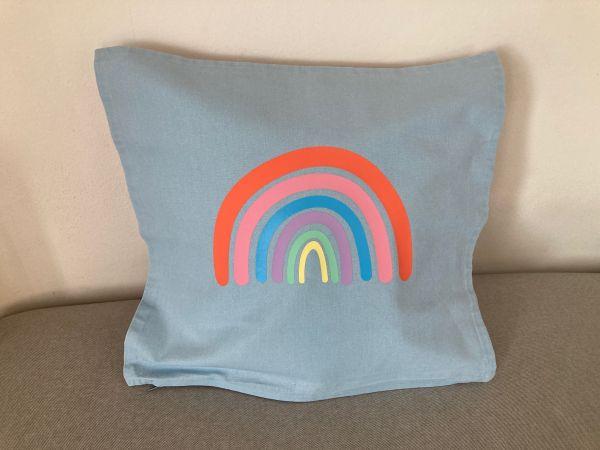 Kissenhülle mit Regenbogen in Pastellfarben, hellblau/koralle