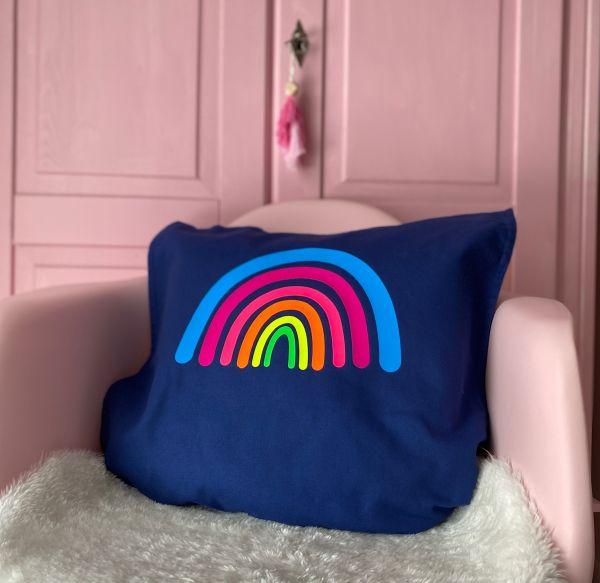 Kissenhülle mit Regenbogen in Neonfarben, dunkelblau/blau