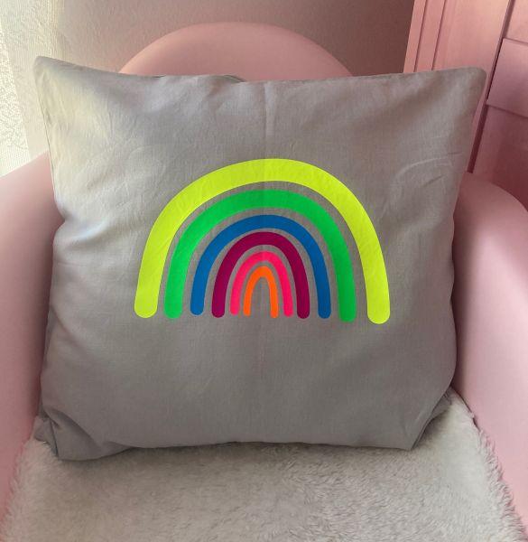 Kissenhülle mit Regenbogen in Neonfarben, hellgrau/gelb