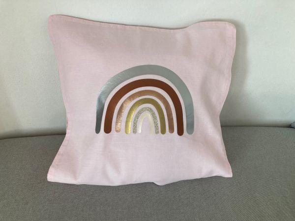 Kissenhülle mit Regenbogen in Metallicfarben, hellrosa/silber