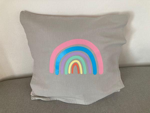 Kissenhülle mit Regenbogen in Pastellfarben, hellgrau/rosa