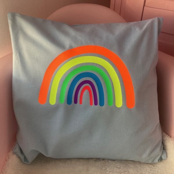 Kissenhülle mit Regenbogen in Neonfarben, hellblau/orange