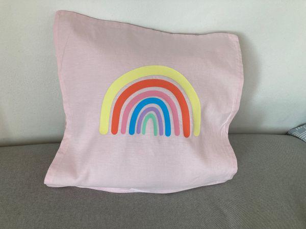 Kissenhülle mit Regenbogen in Pastellfarben, hellrosa/gelb