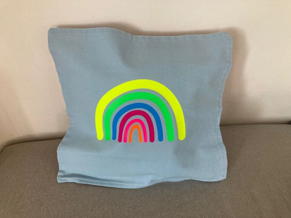 Kissenhülle mit Regenbogen in Neonfarben, hellblau/gelb