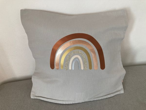 Kissenhülle mit Regenbogen in Metallicfarben, hellgrau/kupfer