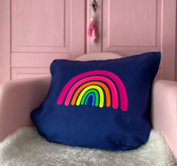 Kissenhülle mit Regenbogen in Neonfarben, dunkelblau/lila